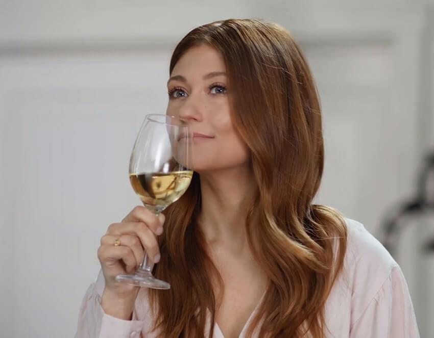 Vins du Québec | Katherine Levac avec une coup de vin blanc à la main lors d'une dégustation